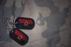 军队空白,与安哥拉的旗子的卡箍标记卡其色的纹理背景的 免版税库存照片