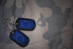 军队空白,与欧盟旗子的卡箍标记在卡其色的纹理背景的 库存照片