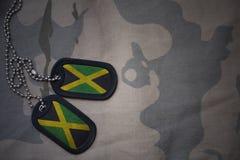 军队空白,与牙买加的旗子的卡箍标记卡其色的纹理背景的 库存照片