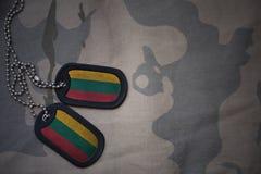 军队空白,与立陶宛的旗子的卡箍标记卡其色的纹理背景的 免版税库存照片