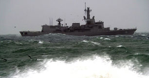 军队船低谷风大浪急的海面 库存照片