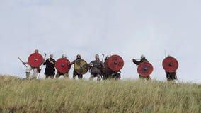 军队领导人启发他的有争斗讲话的战士并且培养剑 股票视频