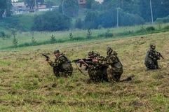 军队Vityaz的示范表现在天的庆祝时俄罗斯的空降编队的 库存图片