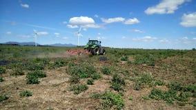 ?? 农业劳动和机器 拖拉机和收割者耙或圆盘犁 股票录像