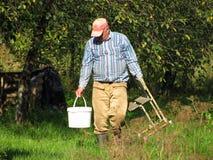 农业劳动独自地是一位农夫在庭院耕地 免版税库存照片