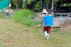 农业学家喷洒的杀虫剂肥料 免版税库存图片