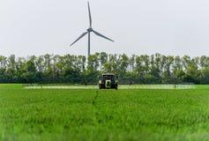 农业拖拉机喷洒 图库摄影