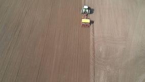 农业拖拉机在春天领域的播种庄稼,空中 股票录像