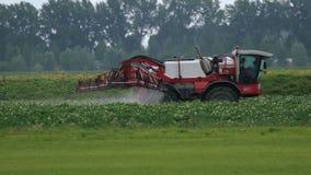 农业拖拉机在领域的喷雾器乘驾 股票视频