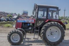 农业拖拉机的竞争在绿色草甸 Bizo 图库摄影