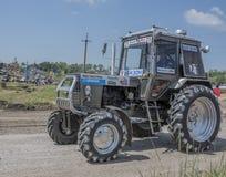 农业拖拉机的竞争在绿色草甸 Bizo 免版税图库摄影