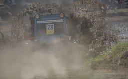 农业拖拉机的竞争在绿色草甸 Bizo 免版税库存图片