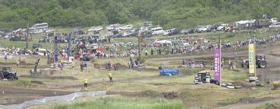 农业拖拉机的竞争在绿色草甸 Bizo 库存照片