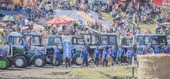 农业拖拉机的竞争在绿色草甸 bjorn 图库摄影