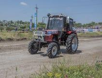 农业拖拉机的竞争在绿色草甸 bjorn 免版税库存图片