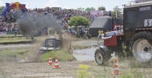 农业拖拉机的竞争在Bizon轨道展示 库存图片