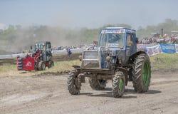 农业拖拉机的竞争 Bizon轨道展示 库存图片