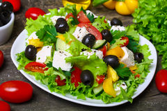 农业新鲜市场产品蔬菜 黄色胡椒用红色蕃茄和莴苣在木背景 库存照片