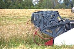 农业机器在领域运转 免版税库存图片