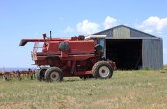 农业机械和棚子。 免版税图库摄影