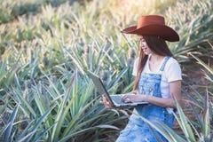 农业研究员学习菠萝pl成长  免版税库存照片