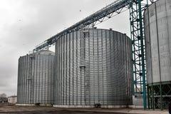 农业筒仓- gra修造的外部、存贮和干燥  库存照片