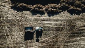 农业航拍 在领域的拖拉机 免版税库存照片