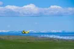 农业航空器肥料喷洒 免版税库存图片