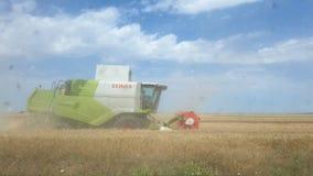 农业蓝色联合的域绿色收获收割机设备红色skye 免版税库存图片