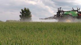 农业设备拖拉机浪花有化学制品的领域植物 影视素材