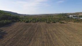 农业领域鸟瞰图在山的有天空蔚蓝背景 射击 股票视频