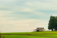 农厂地面Copyspace与谷仓和树的 免版税库存图片