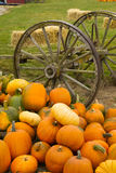 农厂场面老无盖货车菜堆秋天南瓜10月 免版税库存图片