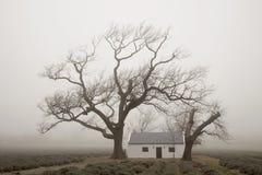 农厂工人薄雾的` s房子 库存图片