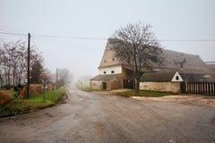 农厂房子在一个有雾的冬日 Guntersdorf,下奥地利州 免版税库存照片