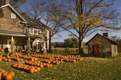 农厂房子在秋天 免版税库存图片