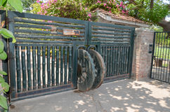 农厂房子的一个绿色门 库存图片