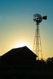 农厂房子老风车 库存照片