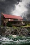 农厂房子通过充斥河 免版税库存照片