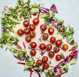 农厂新鲜蔬菜的可口分类在切板木土气背景顶视图的 免版税库存图片
