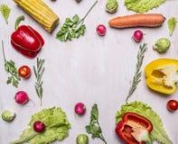 农厂新鲜蔬菜被排行的框架的可口分类在木土气背景顶视图关闭的文本的地方 免版税库存图片