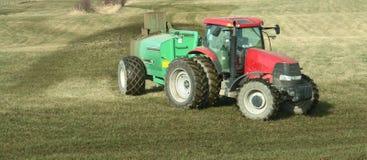 农厂施肥拖拉机 库存图片