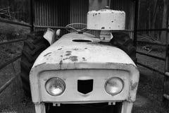 农厂老拖拉机 免版税库存照片