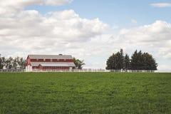 农厂议院在农村农业地区 免版税库存照片