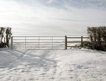农厂门降雪风景场面 库存照片