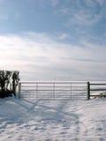 农厂门降雪风景场面 库存图片
