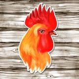 农历新年与红色雄鸡的卡片设计,黄道带标志2017年,在水彩木头背景 免版税库存图片