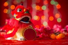 农历新年反对微型跳舞狮子 免版税库存图片