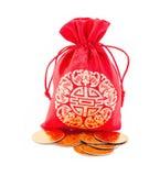 农历新年礼物袋子和金锭装饰品 免版税图库摄影