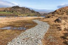 农场、湖和植被在西部方式足迹在港湾Corrib 库存图片